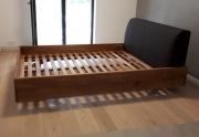 Moderni medinė lova su minkštu galvūgalių